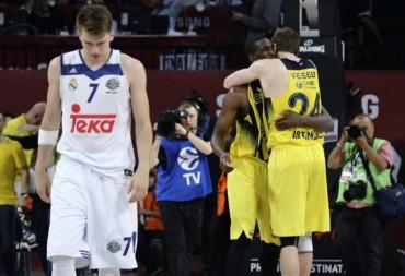 Udoh y Vesely se abrazan mientras Doncic se retira desolado
