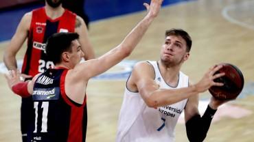 Doncic defendido por Janning