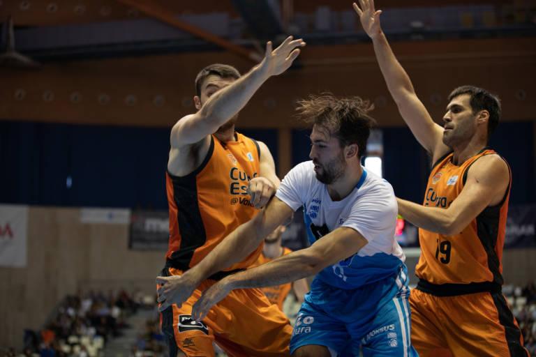 Llovet dobla el balón pese a la defensa de dos rivales
