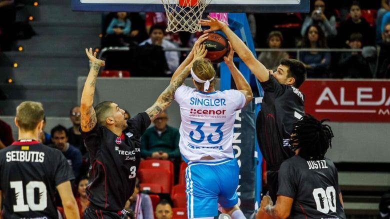 Jugadores de Basket Zaragoza tratan de taponar a Singler