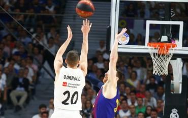 Carroll lanza un triple con la oposición de Claver