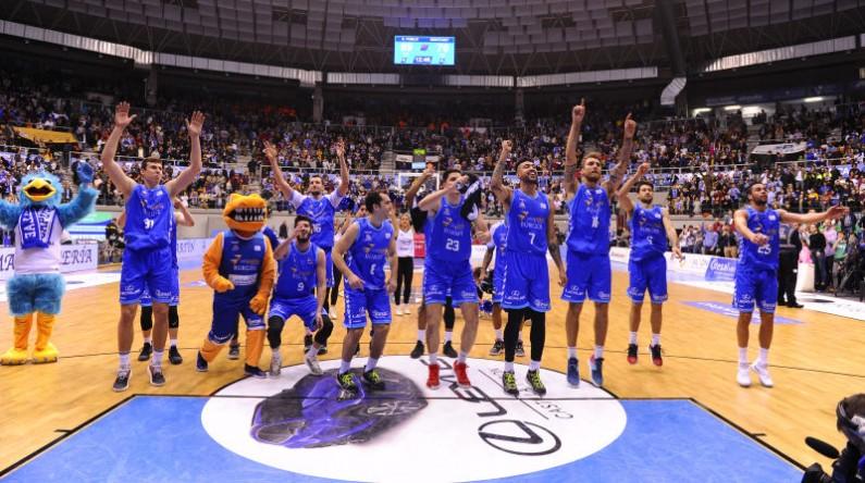 Jugadores de Burgos celebran con su afición