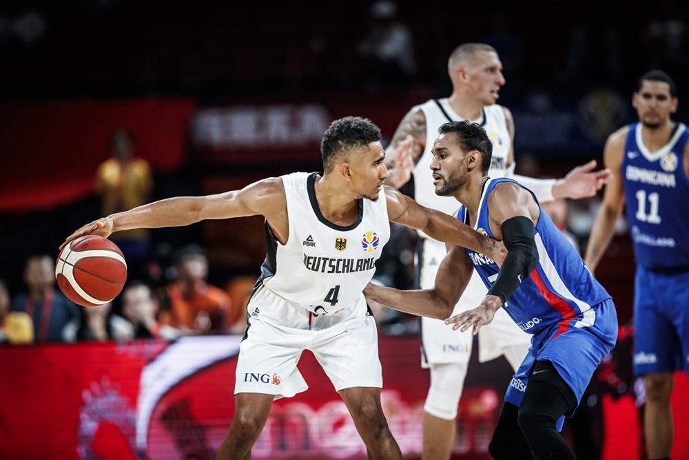 Maodo Lo defendido por un jugador dominicano