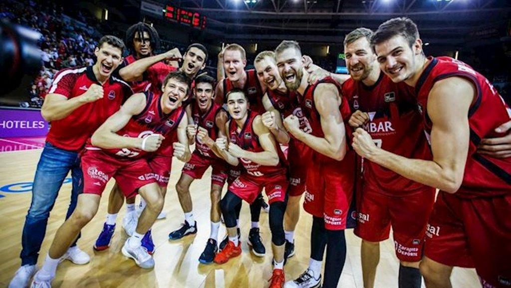 Jugadores de Basket Zaragoza celebran el triunfo contra el Barça