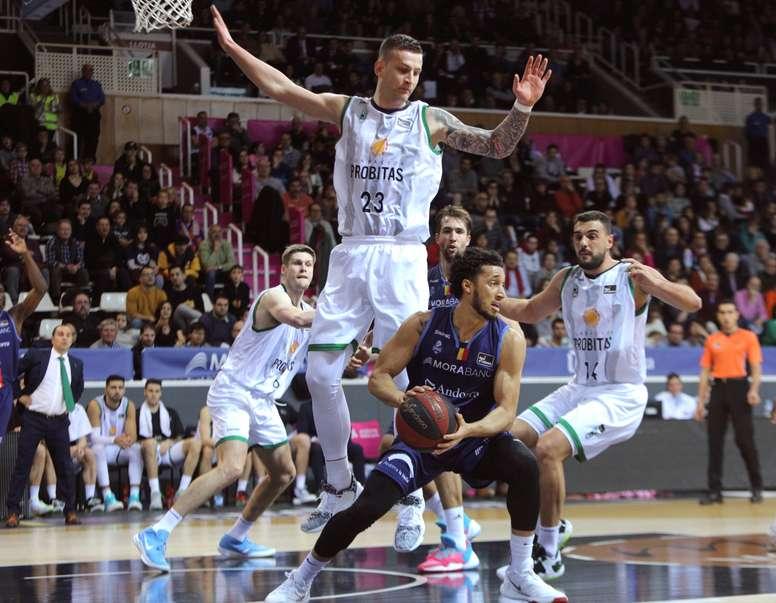 Omic salta delante de un jugador de Andorra