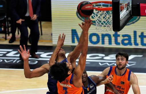 Labeyrie pelea por el rebote con jugadores de Andorra