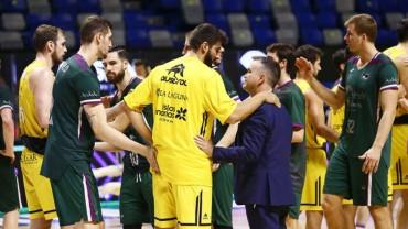 Jugadores de Unicaja y CB Canarias se saludan