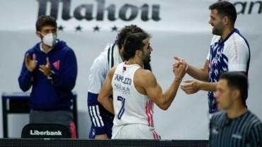 Campazzo choca la mano con Felipe Reyes