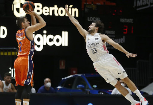 Llull intenta taponar un triple de Marinkovic