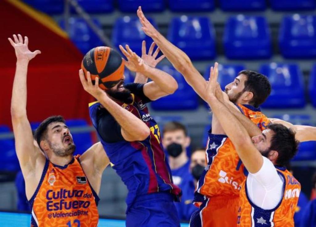 Mirotic rodeado de jugadores de Valencia Basket