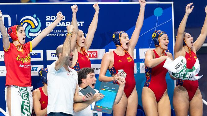 Banquillo selección española waterpolo femenino celebra victoria